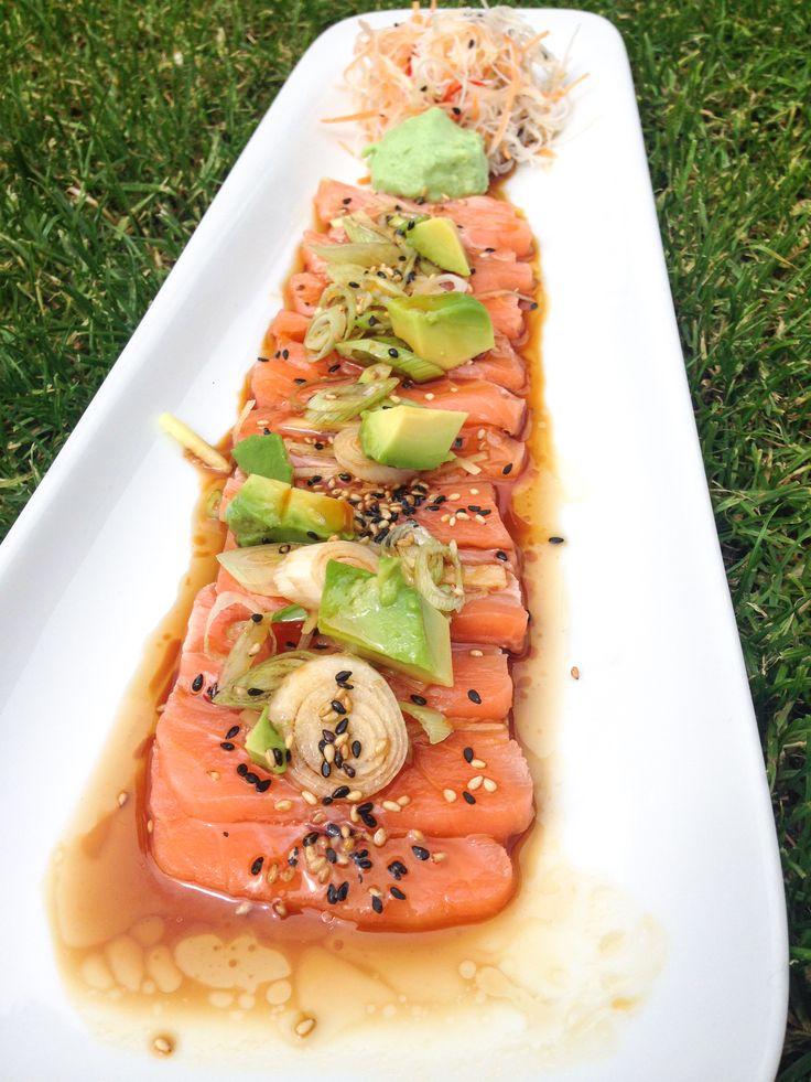 Salmon sashimi  topped with boilong sesame seed oil and soy sauce with spring onions, ginger and sesame seeds / Lososové sashimi přelití vroucím sezamovým olejem a sojovou omáčkou s jarní cibulkou, zázvorem a sezamovým semínkem