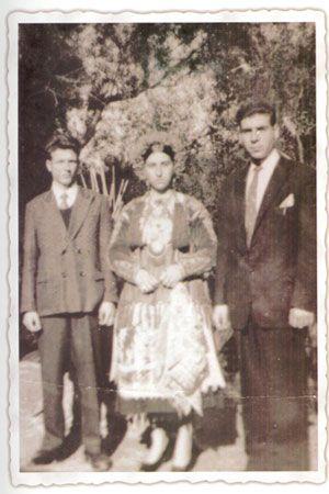 Νυφικά φορεσιά από την Ερείκουσα. Η νυφική φορεσιά είναι σχεδόν κοινή με τους Οθωνούς και το Μαθράκι, αλλά διαφορετική της κερκυραϊκής. Οι γυναίκες της Ερείκουσας φορούσανε μαντήλι στο κεφάλι αλαφάτσα μαύρο, καφένιο ή χρωματιστό, πουκάμισο άσπρο, φουστάνι μαύρο, καφέ ή μπλε και άσπρες κάλτσες. Δημήτριος Λουκάτος Λαογραφική αποστολή εις τας νήσους Οθωνούς, Ερείκουσα και Μαθράκι. Εργαστήριο Τεκμηρίωσης Πολιτιστικής και Ιστορικής Κληρονομιάς Ιονίου Πανεπιστημίου.