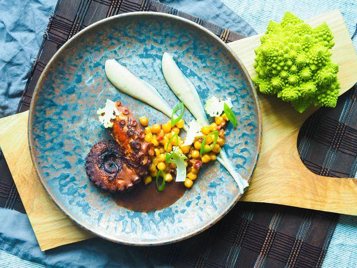 Grilovaná chobotnice, pomerančová cizrna a pyré ztopinamburů | Oh My Chef