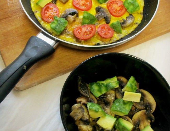 Vaječná omeleta s žampiony a zeleninou, krok 1: Nejprve si na oleji orestujte nakrájené žampiony, trošku ochuťte oregánem (nebo tím, co najdete, víme, jak to u studentů chodí). Dejte si je vedle do mističky.