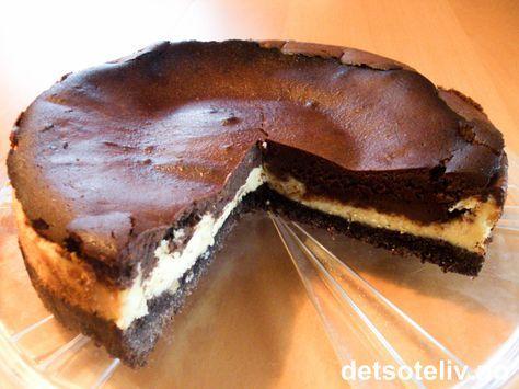 """En gutt som sluttet på jobben min tok med denne kaken på sin siste arbeidsdag. Damer i alle aldre ble grådig imponerte, herunder meg. Dette er en usedvanlig god kake! Etter innstendig masing fikk jeg ham til å sende meg oppskriften. """"Black & White Chocolate Cheesecake"""" er kremete og mektig, og du skjønner når du spiser at den ikke bidrar nevneverdig til flat mage. Men dersom du er villig til å dele med andre, er kaken kanskje ikke så farlig likevel."""