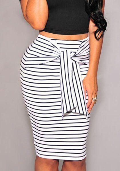Στιλάτη γυναικεία φούστα μίνι στενή ριγέ με ασορτί φαρδιά ζώνη. Διάθεση χρώμα και στυλ μαρινίερας.