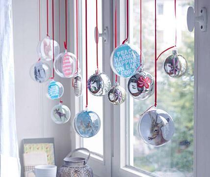 Kugeln dürfen natürlich auch in diesem Jahr zu Weihnachten nicht fehlen! Für unsere stimmungsvolle Fensterdeko mischen wir schön bemalte Exemplare mit selbst...