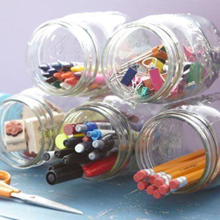 Pour y ranger crayons, outils de bureau ou de bricolage, on pique l'idée des pots que l'on colle au mur ou sur des étagères afin qu'ils ne bougent pas ou que l'on maintient entre eux avec de la ficelle ou un gros élastique. On décore ensuite le couvercle ou le pot avec, au choix, du masking-tape, du papier coloré, des étiquettes, de la peinture ardoise...