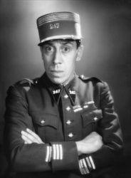 Après une carrière d'humoriste et chanteur de scène à la fin des années 20, Fernandel se voit offrir un rôle de groom en 1930 dans Le blanc et le n...