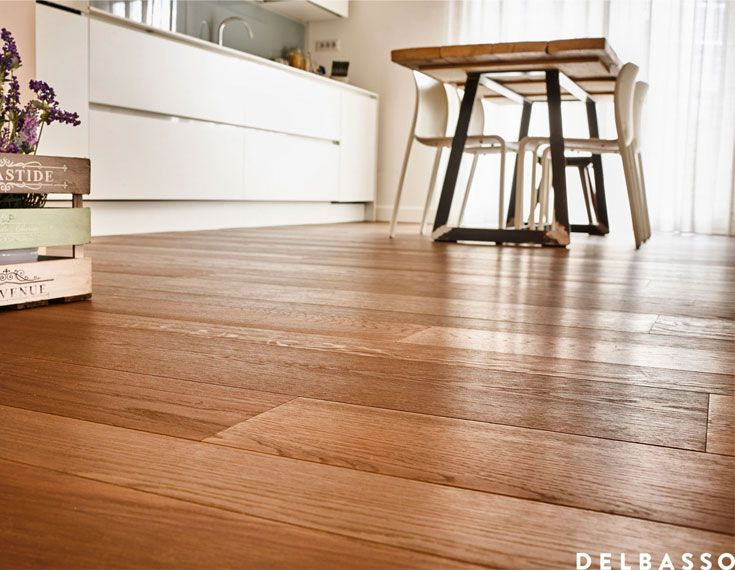 Cucina shabby chic con pavimento in legno quercia francese verniciato colore sabbia. Shabby chic kitchen with french oak floor, painted with water paint, colour: sabbia. Interior design ideas with #parquet realized by @delbassoparquet