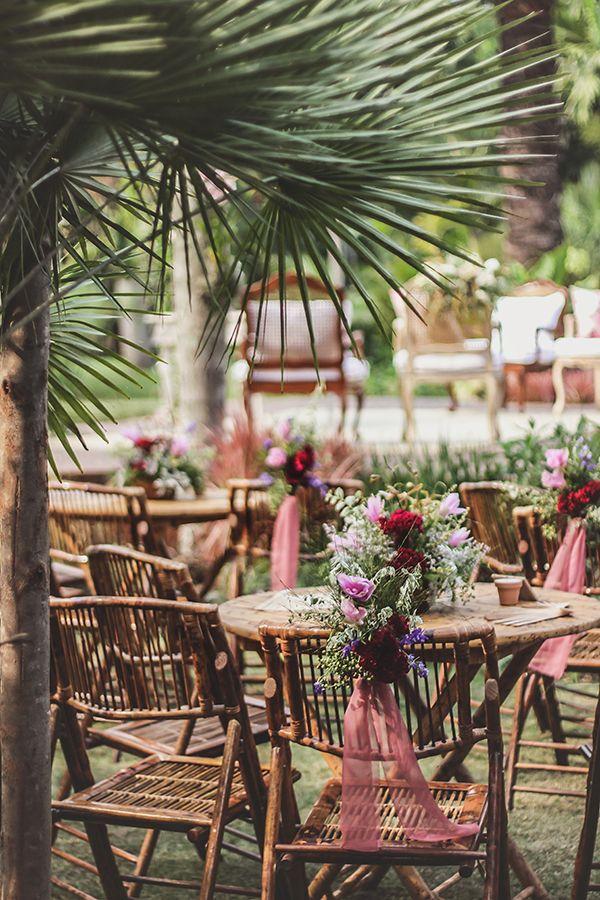 Para esta decoração de casamento com clima de floresta encantada, Renata Paraíso abusou do paisagismo, com muitas folhagens e elementos aéreos.