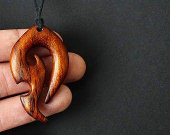 Deze houten hanger ik snijden uit exotische hout - Jatoba hout  -Ter bescherming van de hanger uit het water is geïmpregneerd met lijnolie en gewaxt met combinatie van carnauba en bijenwas. Maar anyways, het is niet aan te raden om te gebruiken in een water...  -Dit stuk maatregelen 1,96 inch of 50 mm lang  -Was katoen koord (1 mm) met houten kraal aan het eind. Laat het me weten de lengte die u nodig hebt.  -Alle mijn Hangers komen in een doos van de gift  Artiest: Burakov Dmitri