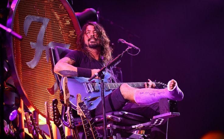 Dave Grohl monta trono para tocar com perna quebrada