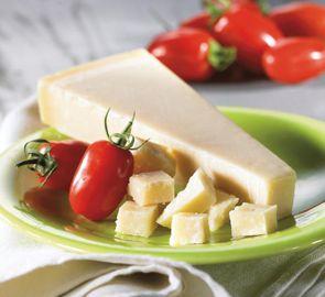 Le Grana Padano est un fromage pasteurisé au lait de vache semi-gras. Sa pâte est pressée de couleur blanche à jaune paille, granuleuse et friable. Sa croûte est dure et de couleur jaune foncé.  Découvrez ce produit sur notre site grandfrais.com !