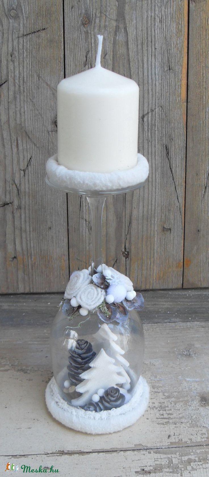 Egy cseppnyi tél... ezt rejti ez a borospohárból készített gyertyatartó.  A pohár kelyhe, mint egy varázsgömb, melyben felsejlik egy darabka a téli tájból. Havazni fog... ezt jósolja... talán fehér karácsony lesz...  A boros poharat egy polárral bevont befőttesüveg kupakra rögzítettem. A pohár kelyhe alá fehér akrillal színezett, gyűjtögetett tobozokból, szódabikarbóna kerámiából készített fehér fenyőfákból, ág darabokból és hungarocell golyókból varázsoltam egy tenyérnyi természetet. A…