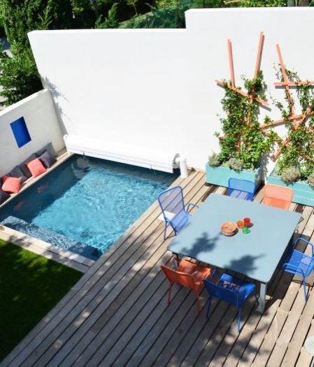 Petite piscine carrée et terrasse colorée.Colorfull terrace with swimming pool Provence une terrasse colorée avec piscine