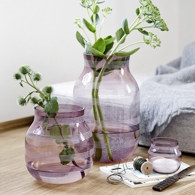See the Kähler violet glass vase in the most stunning shade of plum. The vase is part of the iconic Omaggio range and, like the rest of the range, is decorated with delicate graphic stripes and designed by the creative Stilleben duo, Jelena Schou Nordentoft and Ditte Reckweg. Use the large plum Omaggio glass vase to create a light, graphic look which will set off your favourite flowers in the most beautiful way.