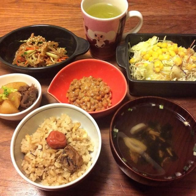 今日の夕飯! サラダはカット野菜にコーン缶トッピングしただけ、お吸い物はインスタントの松茸のやつ〜(≧∇≦) - 62件のもぐもぐ - さんま缶の炊き込みご飯、牛肉と大根の煮物、もやしナムル 2015.2.8 by kirahime