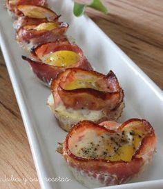 Hoy os traigo un aperitivo super sencillo, que está buenísimo y que se hace en muy poco tiempo. Unas tartaletas de bacon con huevo...
