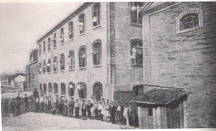 Το καπνεργοστάσιο της Εταιρείας Μονοπωλίου Οθωμανικών Καπνών(Rejie). Κτίστηκε το 1884 στην αρχή της σημερινής Λαγκαδά. Απασχολούσε, σύμφωνα με το βιβλίο, 400 εργάτες και το 1893 είχεπαραγωγή 22.000.000 τσιγάρα!