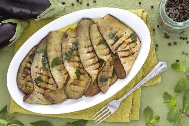 Il carpaccio di melanzane è un antipasto a base di melanzane grigliate e insaporite con una marinatura  di olio e aromi.
