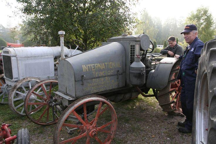 1921 valmistettu rautapyöräinen International Junior kuuluu v. 2013 Riihimäellä Rauta ja Petrooli -näyttelyn vanhimpien traktorien joukkoon. Takana on lähes yhtä vanha IH-tehtaan Deering. Esittelijöinä tapahtumaa järjestävät Ari Ojala ja Paavo Vilminko. Kuva: Anu Kankaansydän