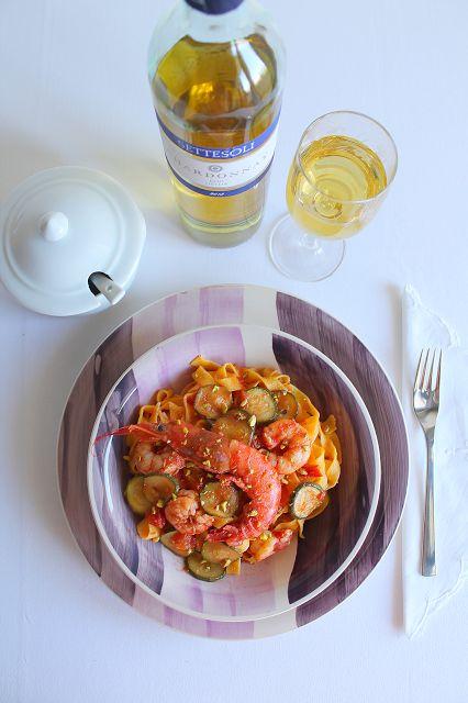 La Tavola Allegra: Fettuccine all'uovo con Gamberoni, Zucchine, Pomodoro e Granella di Pistacchio
