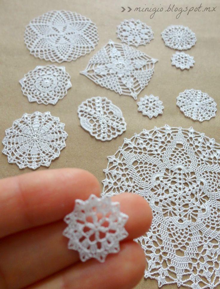 http://minigio.blogspot.com.ar/  Miniature crochet doilies  Las servilletitas de las foto están hechas con aguja de 0.5 mm e hilo de viscosa para bordar a maquina.