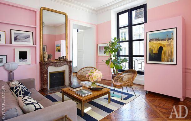 Гостиная. Светильник на стене и столик нашли на парижском блошином рынке Les Puces. А ковер на полу марроканский.
