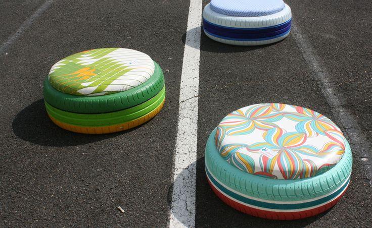 TUTORIEL - Les poufs naissent aussi dans les pneus. De la mousse, un coup de peinture, pas mal d'agrafes et le tour est joué.