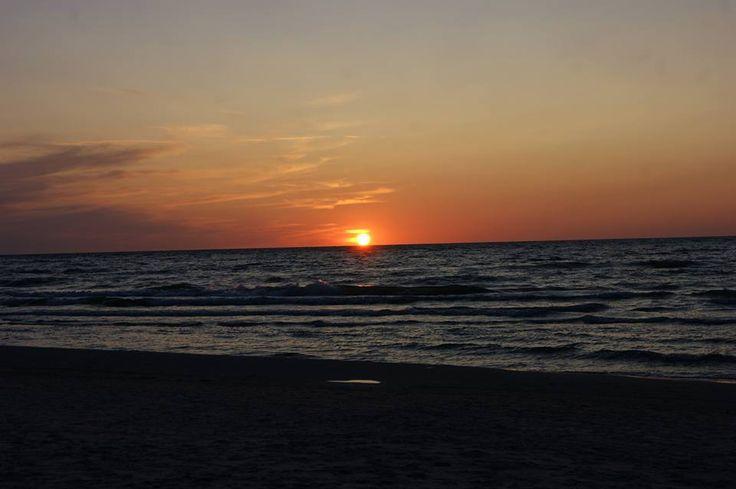 Co powiesz na romantyczny jesienny spacer nad morzem? Gdybyś znalazł wolną chwilę na wypad, jaką miejscowość byś wybrał? Odpocznij od rutyny, codzienności i zrób coś dla siebie!  Weekend to najlepszy na to czas <3 #rusztylek #wyluzuj #nadmorzem #chill #romantico #sunset