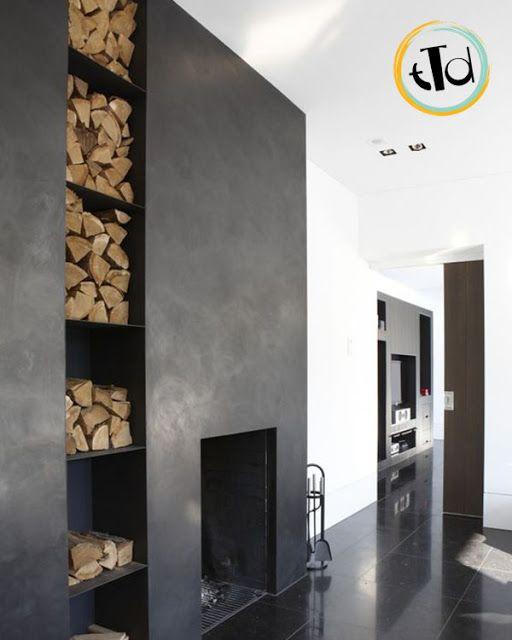La legna può essere accostata al camino in modo che sia contenuta in una nicchia suddivisa in mensole