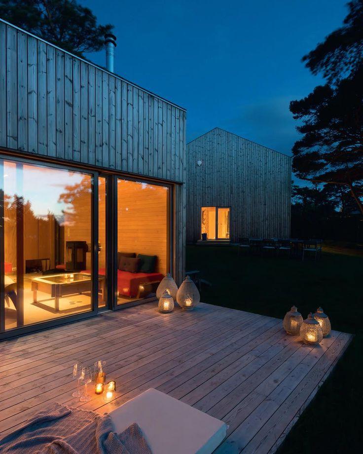 VRIJPLAATS IN DE NATUUR Dit vakantiehuis in het zuidoosten van Noorwegen is door architect Niels Marius Askim ontworpen. Het houten huis gaat geheel op in de natuur, heeft een buitendouche en buitenterras. Meer over deze bungalow vind je in Scandinavian Living by Bo Bedre #4