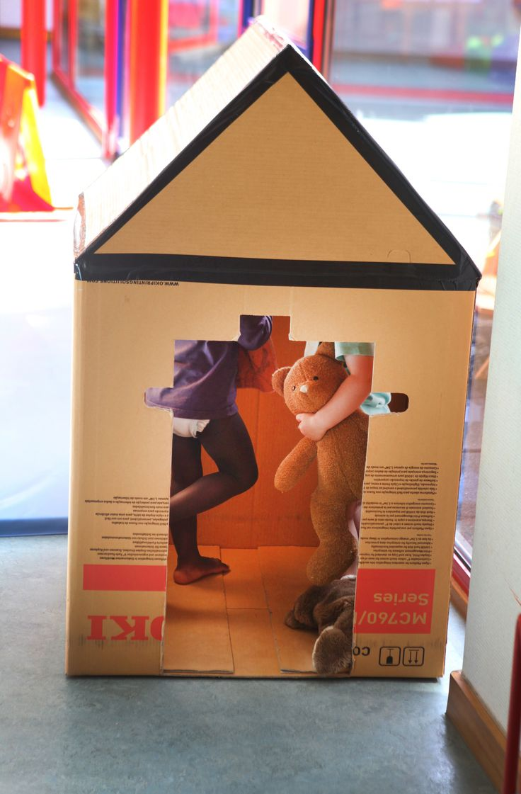 Speelhuis gemaakt uit een grote kartonnen doos en tape - Kinderdagverblijf Patjoepelke Lokeren