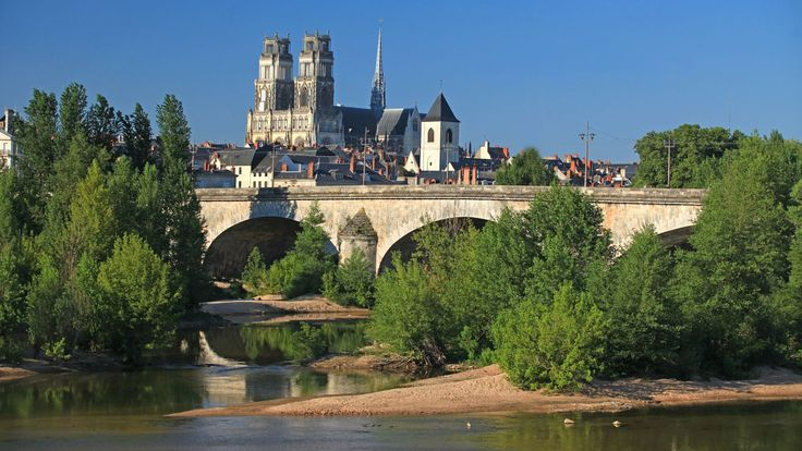 Orléans, een stad voor authentiek toerisme. Orléans, gevormd door de Loire, is een van de oudste steden in Frankrijk. Het biedt u een.Loirevallei, eropuit in Frankrijk.
