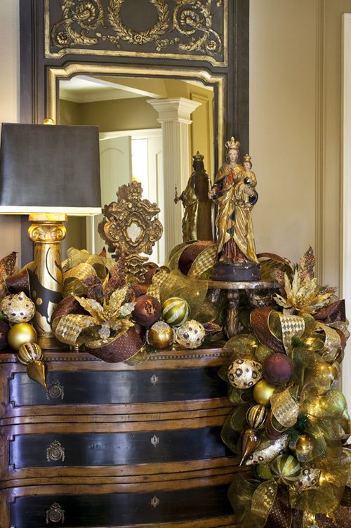 Christmas Vignette with a Gorgeous Garland!
