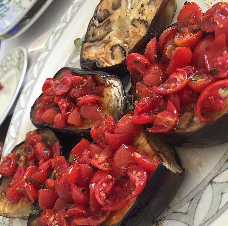 Melanzane al pomodoro  Баклажан режем толстыми кольцами и в духовку на 15 мин, в это время половинки черри помидор перемешать с солью, перцем, оливковым маслом, базиликом, орегано или др. сухими травами, выложить на запеченые баклажаны и снова на 10-15 минут в духовку.