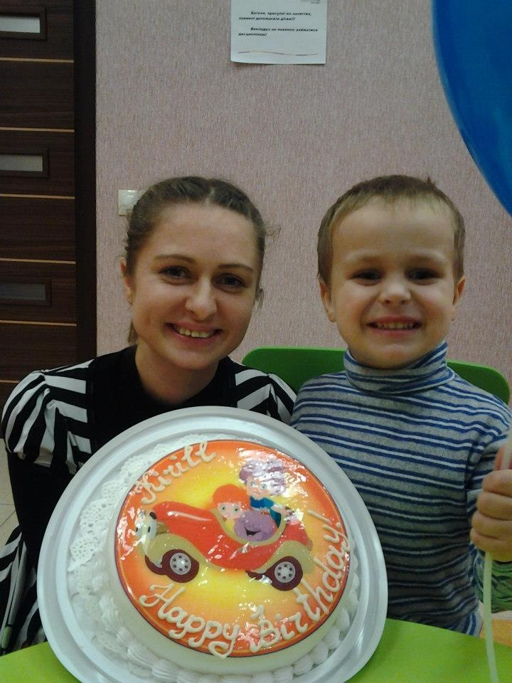 Egy Fun with Flupe torta:)   From Helen Doron English in Ukraine: Fun with Flupe birthday cake!  Fun With Flupe is a new course for 2 to 5 year olds, appropriate for beginner students or as a follow up to Baby's Best Start.  Fun With Flupe follows the adventures of a young Paul Ward as he jumps into his book of nursery stories to help Granny Fix and Flupe repair things that have gone wrong in the rhymes. Find out more! http://www.helendoron.com/fwf.php