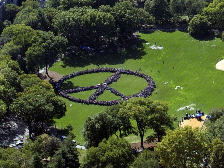 24 heures en images - Un symbole de la paix formé à Central Park en hommage à John Lennon, le 6 octobre 2015.