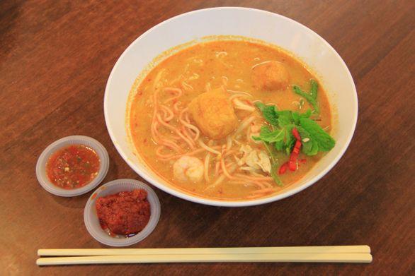 「ラクサ」というスープ麺をご存知だろうか。日本でもアジア料理店のメニューでよく見かけるようになった。マレーシアを始め、シンガポール、インドネシアなどで広く食べられているスープ麺だ。日本で見かけるラクサはたいがいがココナツカレー味だが、実はラクサは地方によってかなり味も麺も違う。地方というレベルを超え、マレーシアとシンガポールでは、どちらもラクサを自国の美食と言って譲らないらしい。そのくらい広く愛されているスープ麺なのだ。