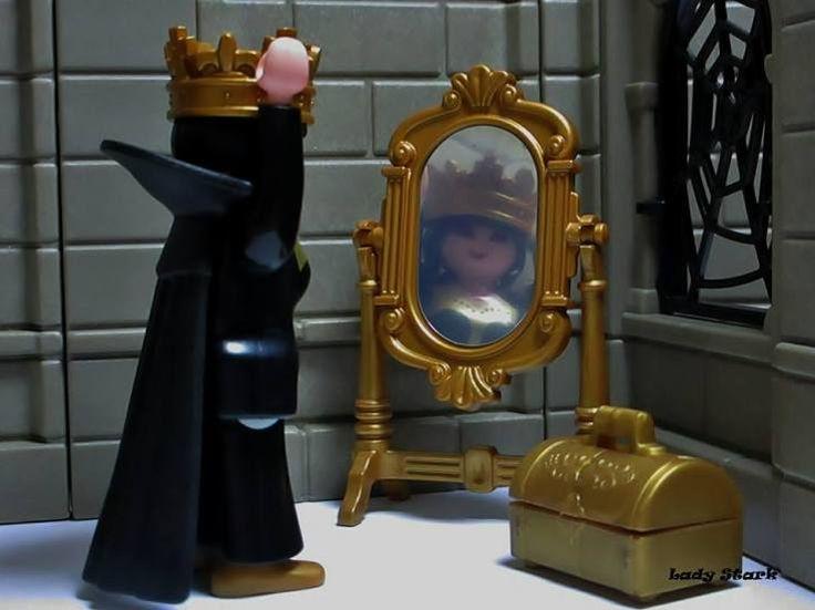 Espejo, espejo mágico, ¿Qué mujer de este reino es la más hermosa? / Mirror, mirror on the wall, Who's the fairest of them all? Malefica blancanieves