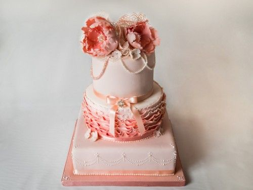 Csajos fodros, virágos torta készítése képekben