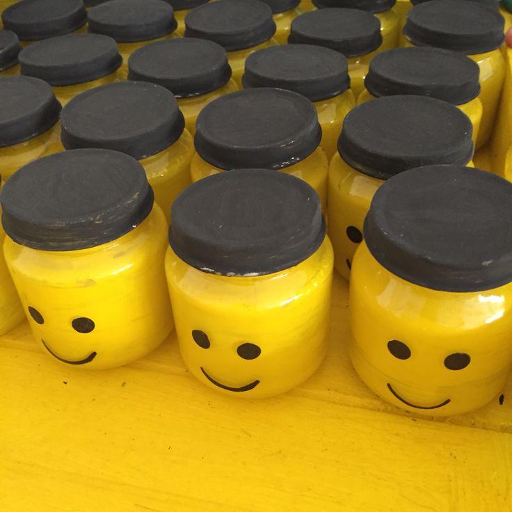 Legohoofdjes gemaakt van de kleinste olvaritpotjes. Dekseltjes zwart geverfd. Oogjes en mondjes met watervaste stift. Deze zijn gevuld met popcorn.