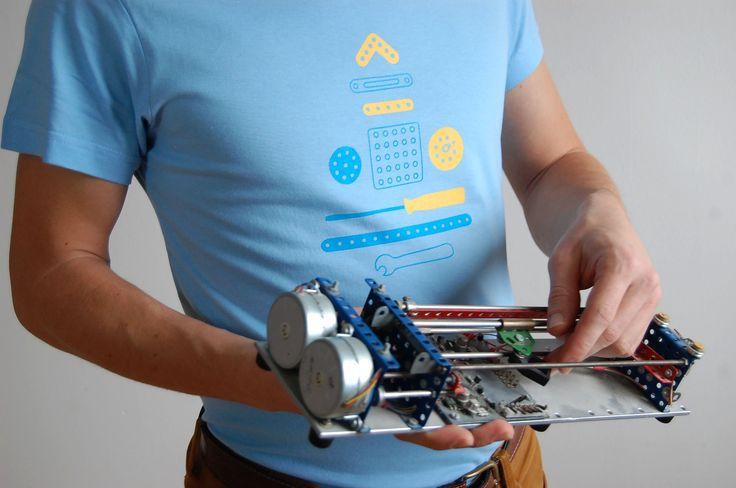 Najznámejšia Československá hračka určená na rozvoj motoriky a predstavivosti. Pestrofarebné dierkované plechy a šróbiky kovovej stavebnice nesmeli chýbať v každej domácnosti