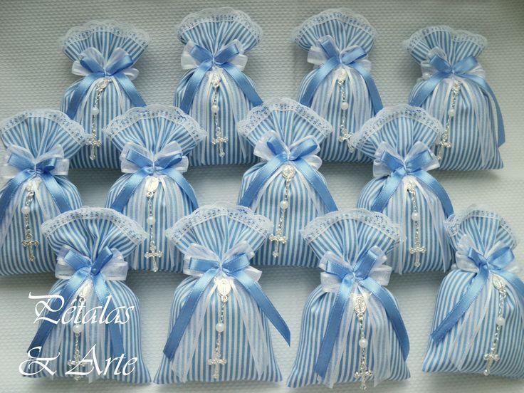 Sache estampado azul com mini terço.  Embalado em saquinho de celofane, com laço de fita e tag personalizado.