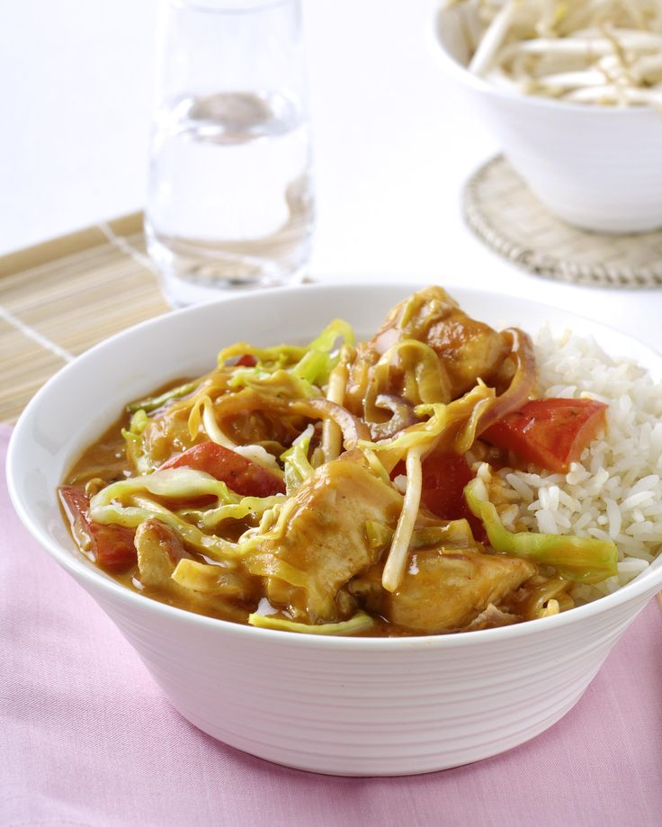 Thaise curry van kip en groente met witte rijst