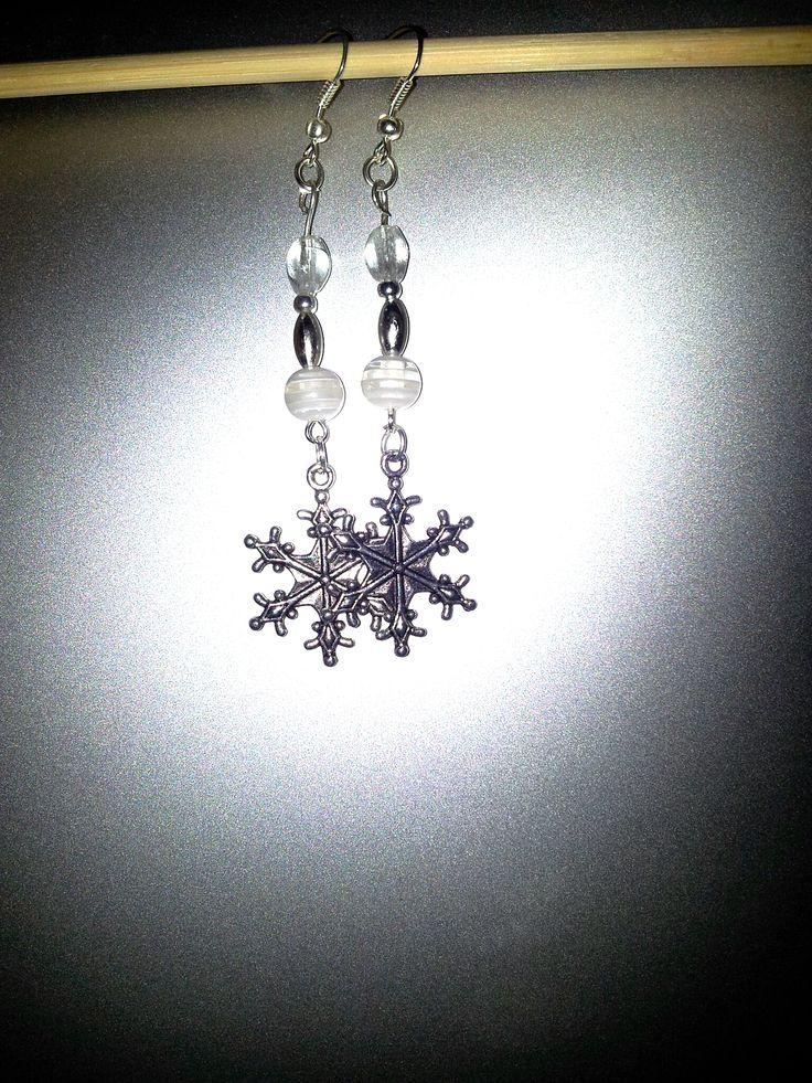 Orecchini fatti a mano con fiocco di neve. Handmade earrings with snowflakes.