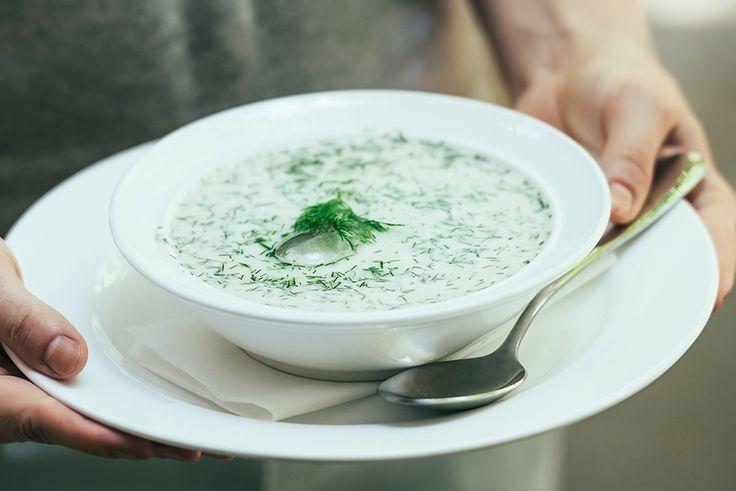 Ben je dol op koude soepen, zoals gazpacho? En vind je de smaak van tzatziki lekker? Dan vind jetarator, een koude Bulgaarse komkommersoep, vast ook erg smaakvol. Tarator is een koude soepuit de keukens van het voormalige Ottomaanse Rijk. Het basisrecept bevat komkommer,gemalen walnoten, knoflook, yoghurt en vaak ook kruiden en azijn ofcitroensap. In de …