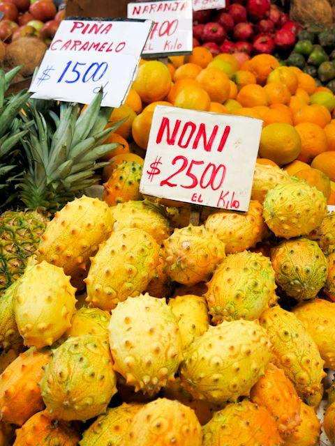 Les nonis, des fruits assez particuliers dans les marchés de Santiago au Chili