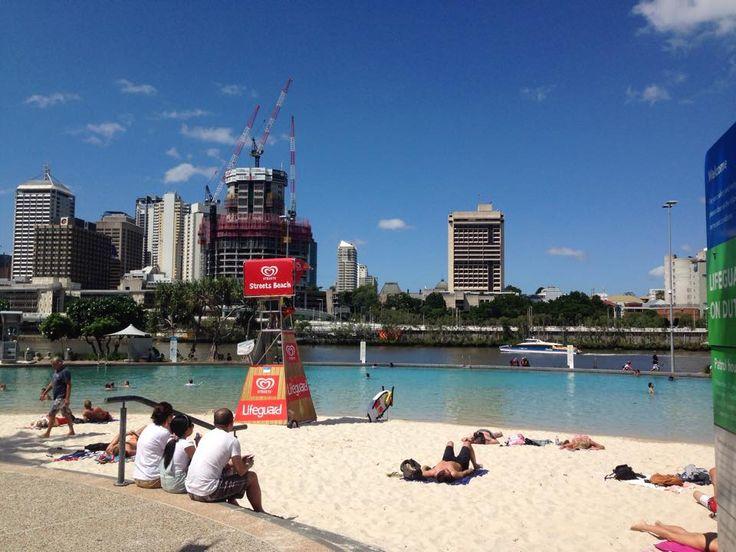 Southbank parkland beach pool  シティのど真ん中で泳ごう!無料。