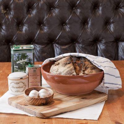 Agnes stor serveringsbolle i keramikk, her med stor serveringsfjøl og Agnes liten serverinsbolle i oliventre.
