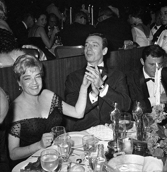 Yves Montand et Simone Signoret à Los Angeles en 1960 où l'actrice reçoit l'Oscar de la meilleure actrice pour son rôle d'Alice dans Room at the top - Yves Montand porte la Montre Tank qu'elle lui a offerte l'année précédente.