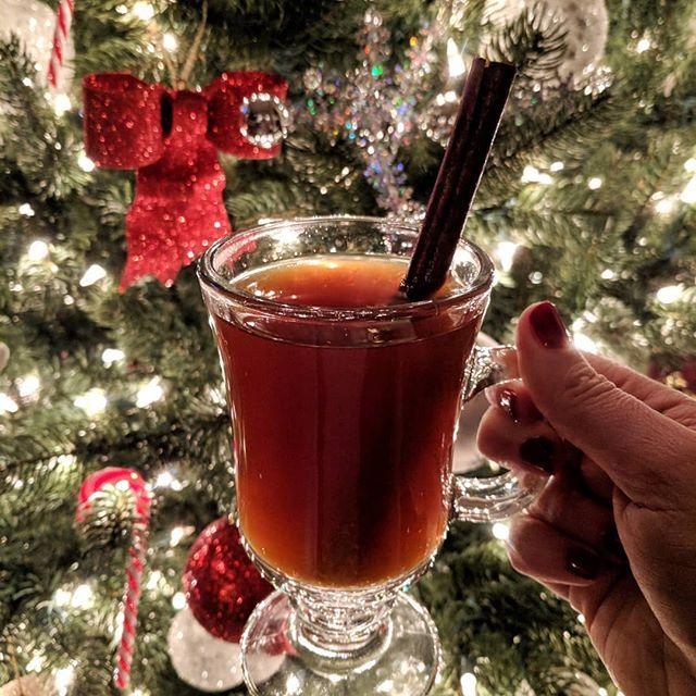 Enjoying some canelazo {hot cinnamon drink} - and it's snowing outside! ❄️❄️❄️ Merry Christmas!!! Feliz Navidad!!! #canelazo #ecuadoriandrinks #bebidas #laylitasrecipes #recetasdelaylita