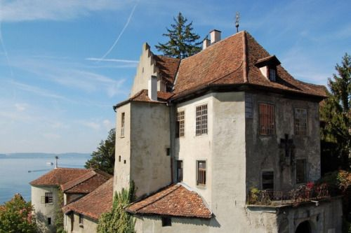 Die Burg Meersburg aka Altes Schloss in Meersburg am Bodensee gilt durch die Erbauung der ersten Burg an dieser Stelle im 7. Jahrhundert als älteste bewohnte Burg Deutschlands, doch ist aus jener Zeit keine Bausubstanz mehr erkennbar. Die Burg wird...